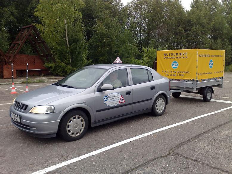 Mokomasis automobilis Opel Astra su priekaba
